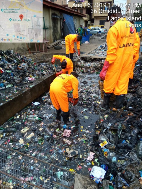 LAWMA Officers Clean Up Gutters In Lagos (Pictures) - Health - Nigeria