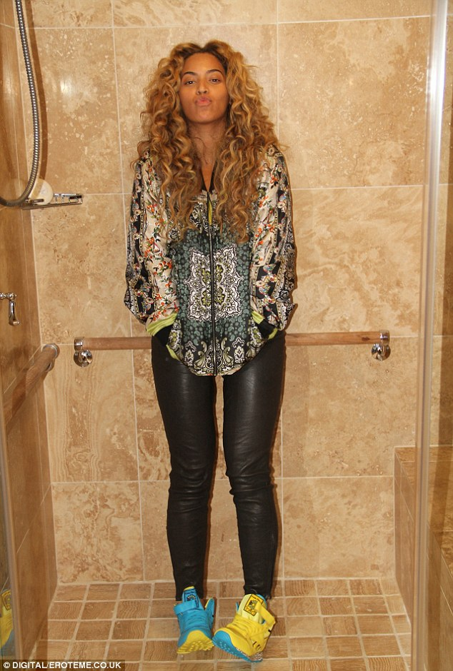 PHOTO: Freshly Scrubbed, Beyonce Takes Picture In The ...