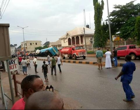 Fire Incident Averted In Awka As Fuel Tanker Crashes Into Drainage (Photos) 3
