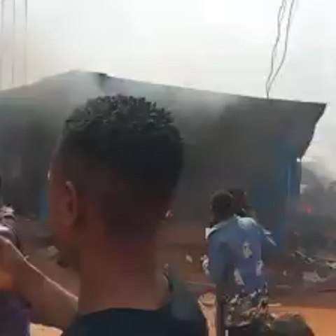 Hoodlums Burn Police Station In Edo State (Video) 2