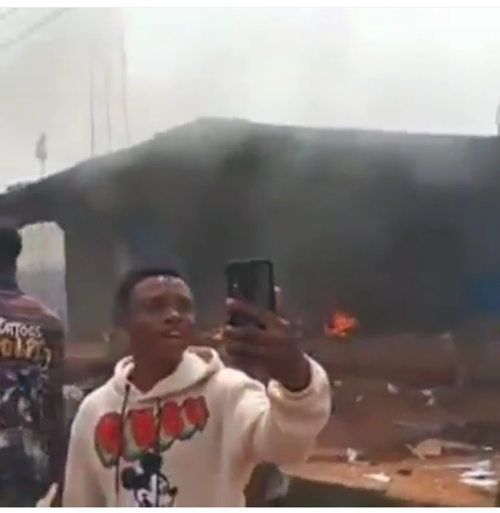 Hoodlums Burn Police Station In Edo State (Video) 3