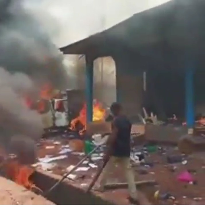 Hoodlums Burn Police Station In Edo State (Video) 4