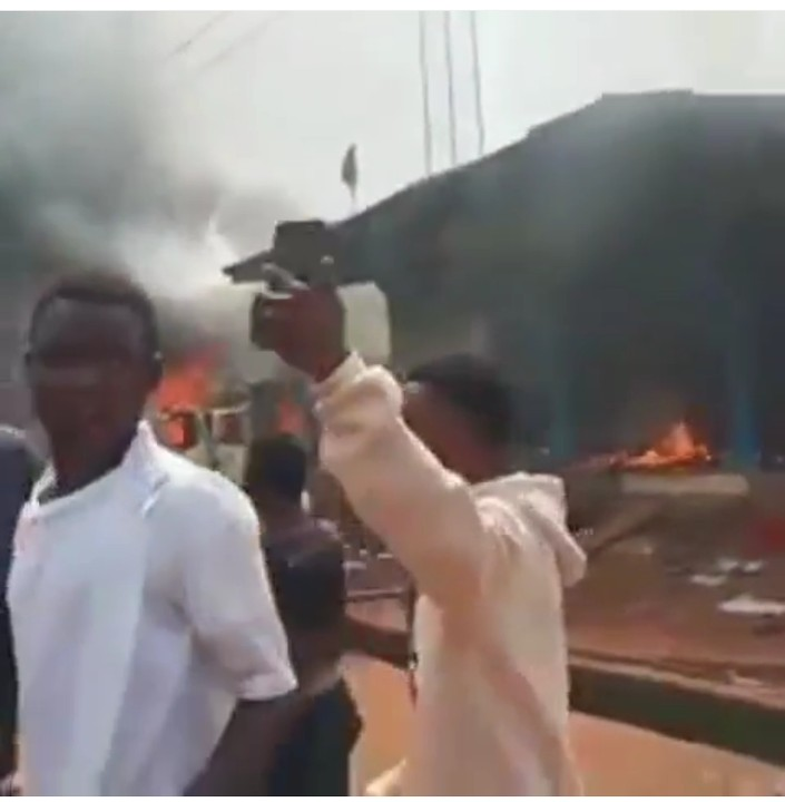 Hoodlums Burn Police Station In Edo State (Video) 5