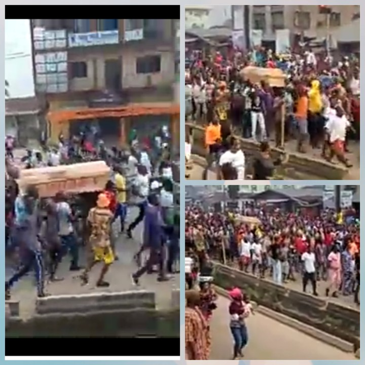 """EndSARS: Edo Protesters Carry Coffin & Chant """"Buhari Must Go"""" 2"""