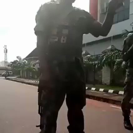 Looters Beg Soldiers To Let Them Loot Peacefully 2