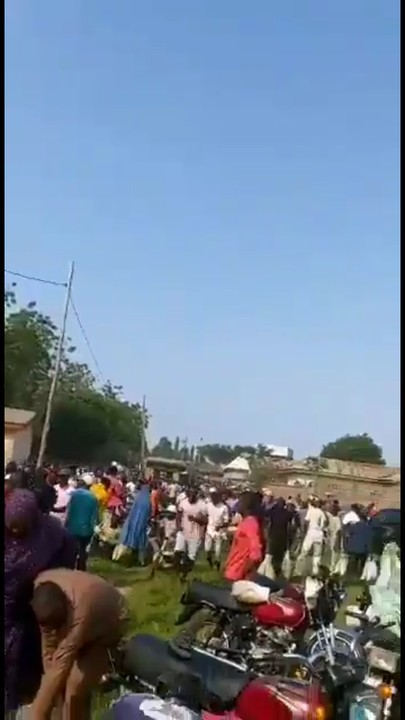 Soldiers, Policemen and citizens loot side by side in Abuja (Videos & Photos) 1
