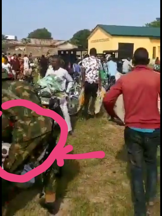 Soldiers, Policemen and citizens loot side by side in Abuja (Videos & Photos) 2