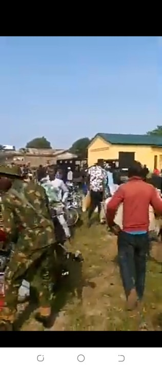Soldiers, Policemen and citizens loot side by side in Abuja (Videos & Photos) 4