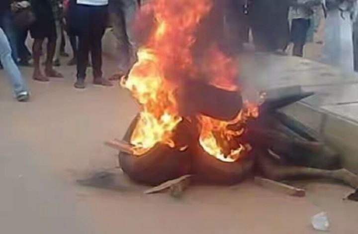 Angry Mob Set Ablaze Robbers Who Stole Huge Sum Of Money in Anambra [See Photos]