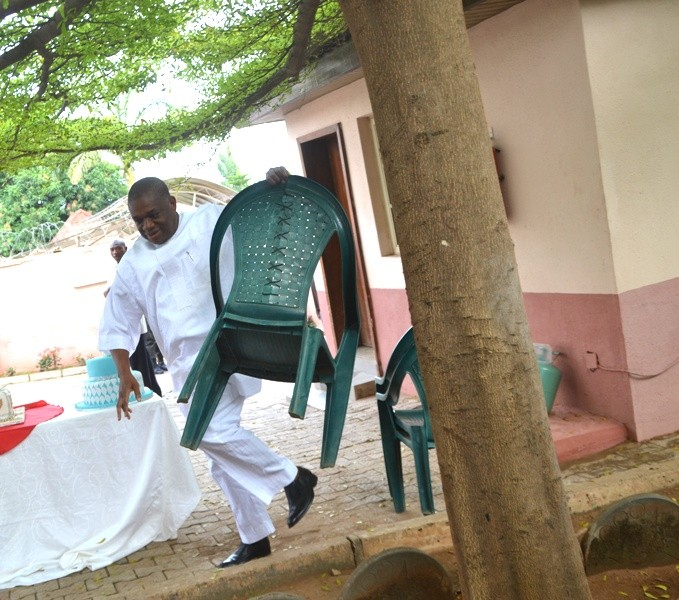 See What Billionaire & Ex Governor Orji Uzor Kalu Was Caught On Camera Doing (Photos)