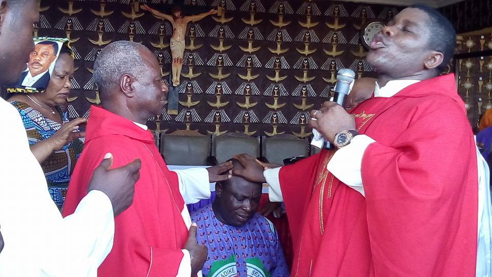 PHOTOS: EFCC Arrest Victor Umeh While Receiving Prayers From Catholic Priest