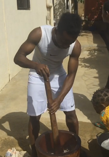 3750795_55_png8322b1b5f748e970c216c89ea7e384ce Footballer, Onazi Ogenyi pictured pounding yam for his mum