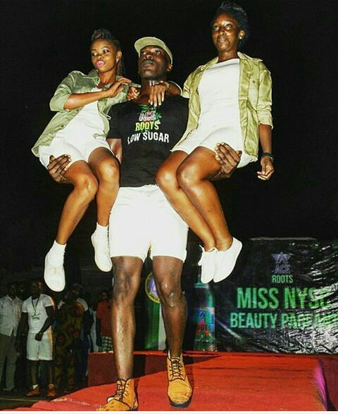 Male Corper Carries Two Female Corpers On Both Hands At The Same Time (photo)