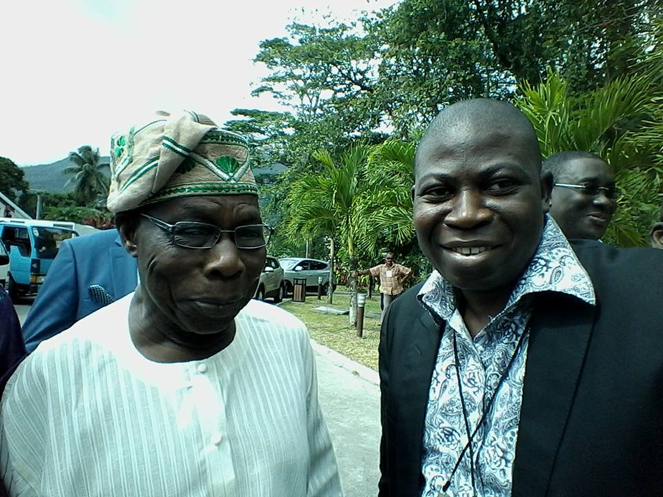 Former Pres. Olusegun Obansanjo in a happy Mood takes Pictures with Jounalists.