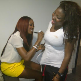 LORD!!:  TIWA  SAVAGE  SECRETLY  SE'XILY  SIGNS  ON  FEMALE'S FANS B0'OBS