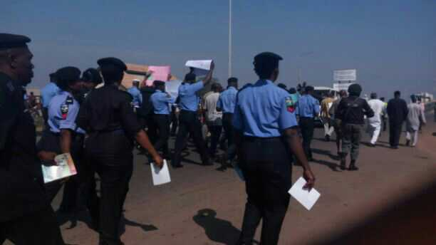 NIGERIAN POLICEMEN PROTEST AGAINST CORRUPTION AND BRIBERY – WHAT HAPPENED DURING PROTEST WILL SHOCK YOU (SEE PHOTOS)