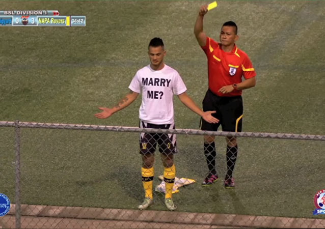 [Photo/video] Player Proposes To His Girlfriend on field During Match