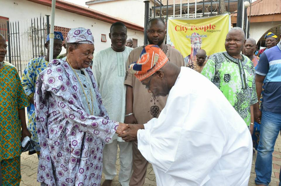 See How Obasanjo Greeted The Alaafin Of Oyo During A Visit To His Palace