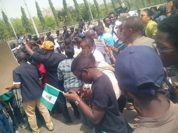 Police Block Aso Rock As Protesters Reach In Front Of The Presdential Villa.