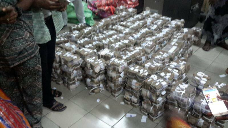 EFCC Discovers N400Million Hidden In A Shopping Plaza In Lagos (Pics, Vid)