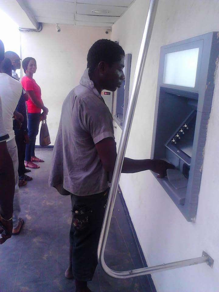 FUNNY!! This M@d Man Attempts Withdrawing At An ATM (photo)