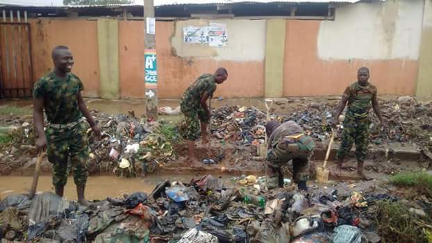 Aww! This Is Nice, See Our Soldiers Clearing Gutter & Roads In Lagos To Ease Traffic (Photos)