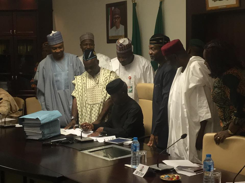 5485575 ojim2 jpgde70b64584a25fa063e7d2b2b2b72c80 - Acting President, Osinbajo Finally Signs The 2017 Budget Bill Into Law (Photos)