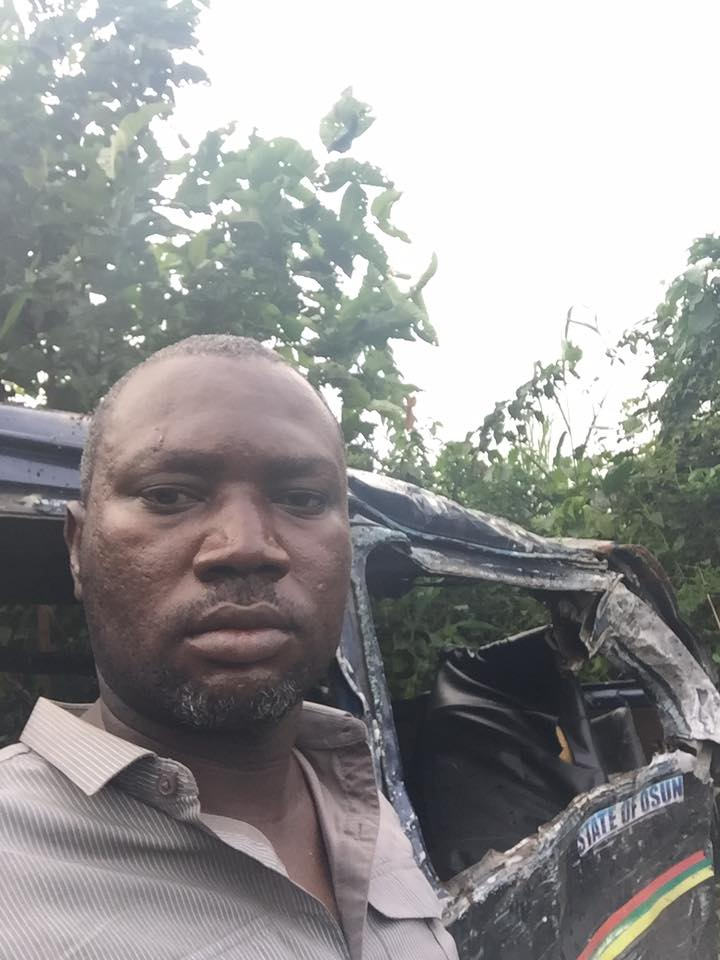 Nigerian man takes selfie after surviving fatal accident that claimed lives (Photos)