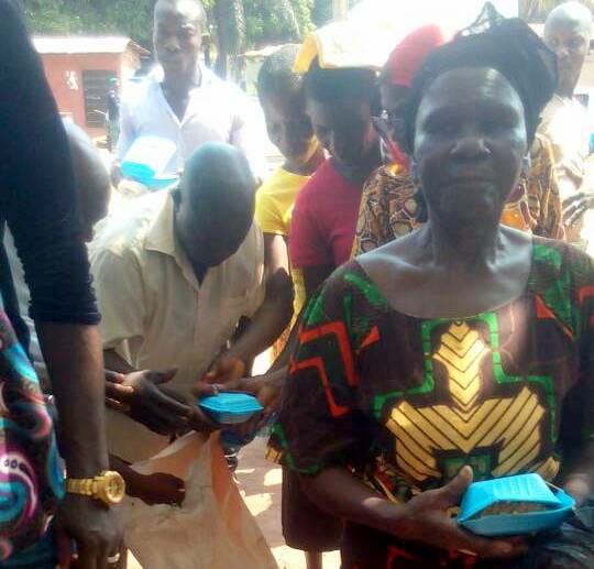 Anambra Election: APC Shares Rice To Voters (Photos)