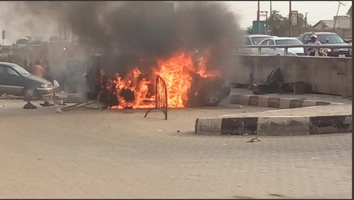 Range Rover Goes Up In Flames Near Third Mainland In Lagos. Photos