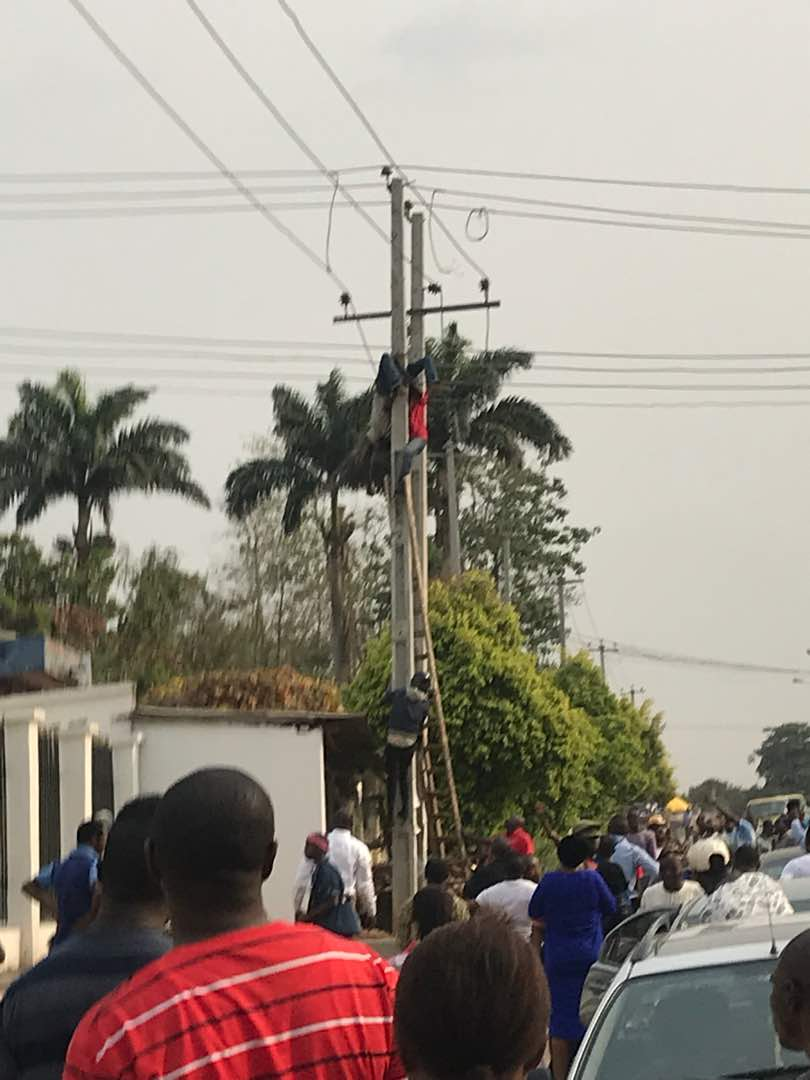 Phcn Worker Electrocuted At Alagbaka Akure Ondo State Career Traffic Light Wiring But It Transcends My Reasoning How A Nepa Guy Would Do Such Jobs Without Being Sufficiently Kitted For Or Putting Off The Power From Source Better Still