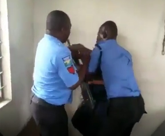 Civil Defense Officer Fights With Policemen Over Rifle(video)