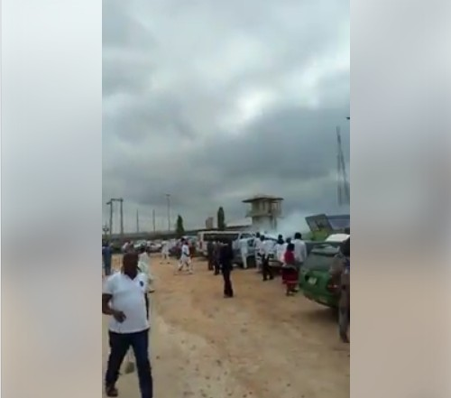 SHOCKING!!!:   Photos Of People Fleeing As Policemen Shoot Sporadically At Ekiti Govt House