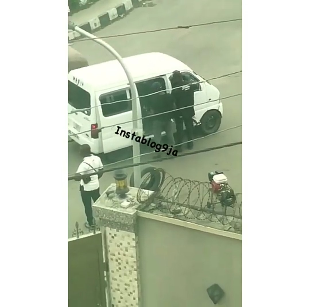SHOCKING !!!:   SARS Operatives Seen Extorting Lagosians In Surulere (Pictures)