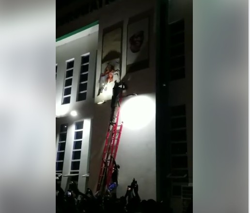 Ganduje's Supporters Destroy Emir Of Kano's Portrait At Government House