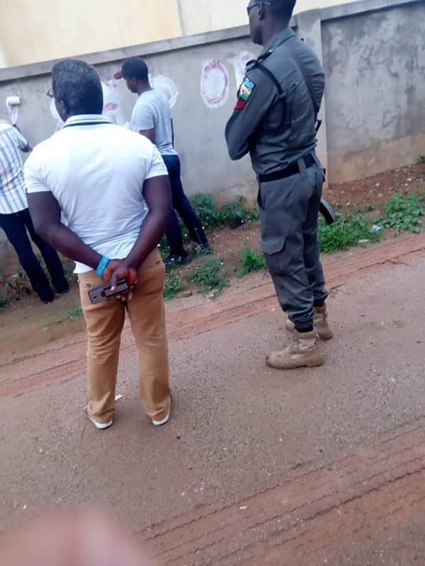 EFCC Officials Spotted Cleaning Marks On Houses They Claimed Belong To Fayose