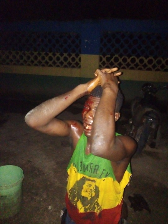 Photos: Robber Caught In The Act At Adealu Bus Stop In Lagos 1