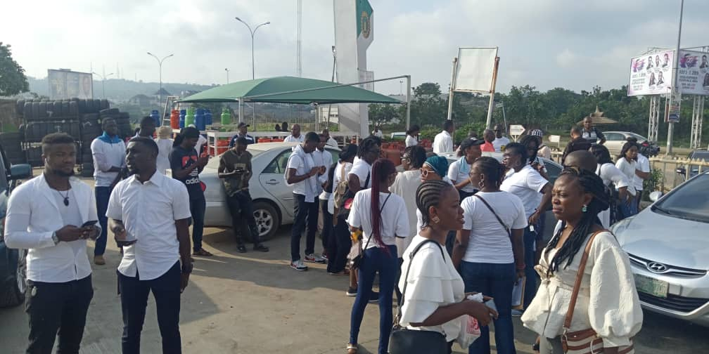 Nigerians Storm COZA Church To Prostest Against Pastor, Insist He Steps Down 3