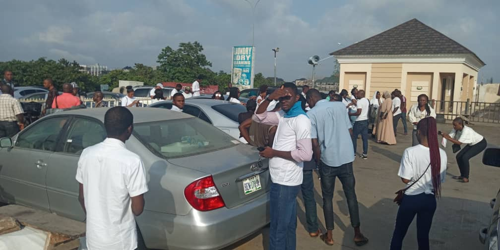 Nigerians Storm COZA Church To Prostest Against Pastor, Insist He Steps Down 4