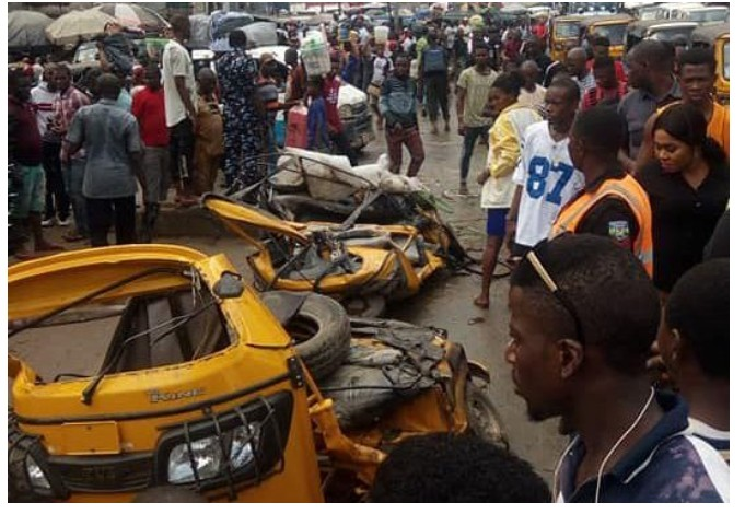 Container Falls On Two Tricycles In Onitsha, 2 Dead, 4 Injured