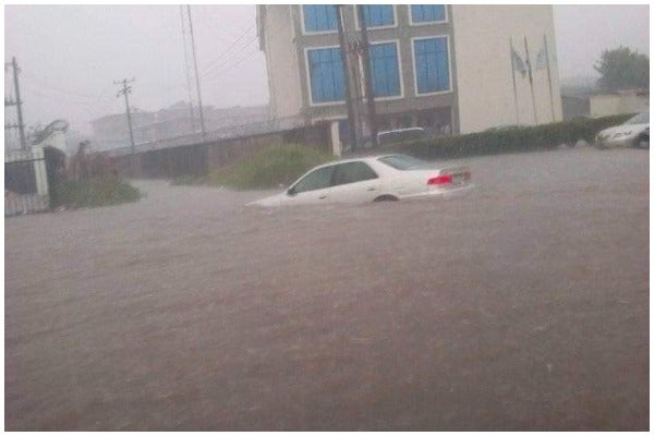 Owerri Flooded, Vehicles Submerged, Traders Flee (Photo)